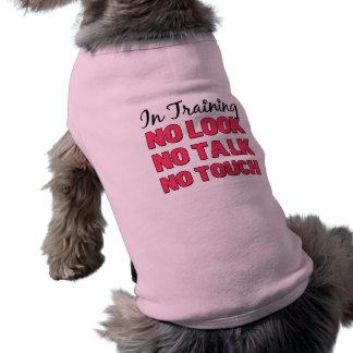 En la camisa del chica del entrenamiento playera sin mangas para perro