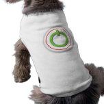 En la camisa del mascota del botón camisa de perro