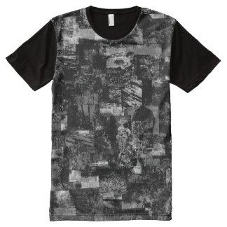 En la camiseta de los hombres oscuros