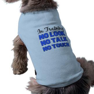 En la camiseta masculina del mascota de la camisa  playera sin mangas para perro