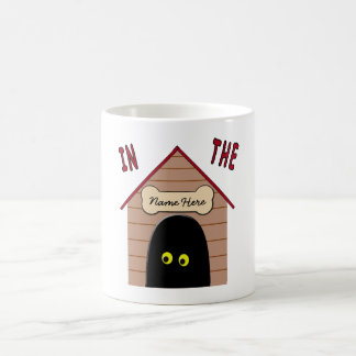 En la caseta de perro taza de café