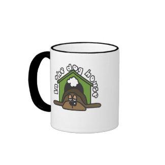 En la caseta de perro tazas de café