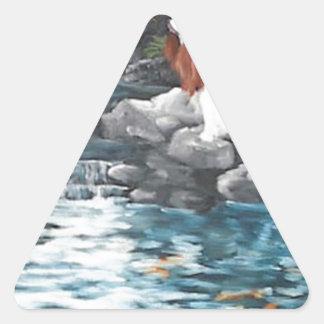 En la charca de Koi Pegatina Triangular