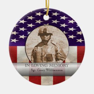 En la foto militar de la memoria cariñosa adorno navideño redondo de cerámica