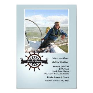 En la invitación náutica de la foto del timón