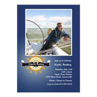 En la invitación náutica de la foto del timón mar