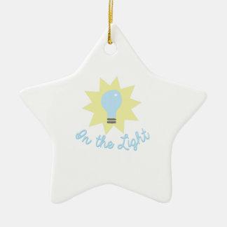En la luz adorno de cerámica en forma de estrella