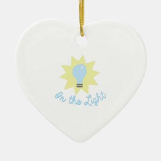 En la luz adorno de cerámica en forma de corazón