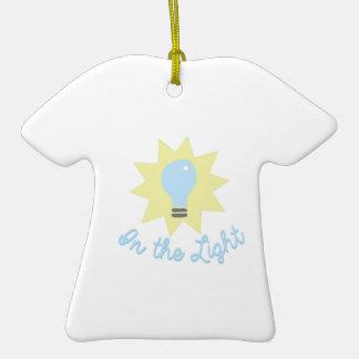 En la luz adorno de cerámica en forma de camiseta