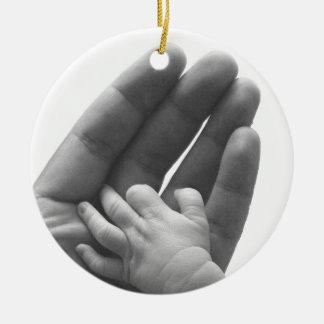 En la mano del papá adorno redondo de cerámica