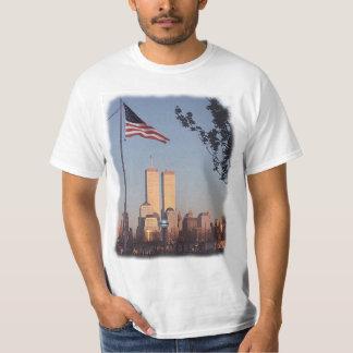 En la memoria 9/11/01 (escrita encendido detrás) playera
