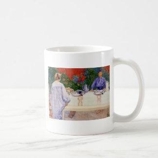 En la mesa de desayuno 1910 taza de café