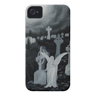 En la noche en el cementerio - ángel con el cuervo Case-Mate iPhone 4 protector