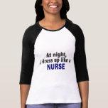 En la noche me visto para arriba como una enfermer camiseta