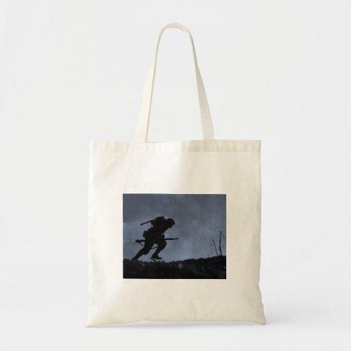 En la noche un soldado en el campo de batalla bolsa de mano