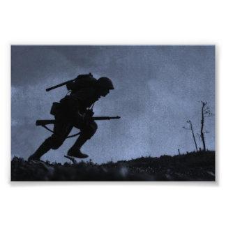 En la noche un soldado en el campo de batalla fotografía