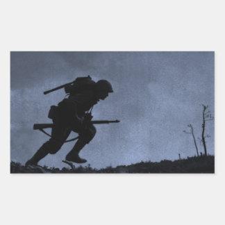 En la noche un soldado en el campo de batalla rectangular altavoces