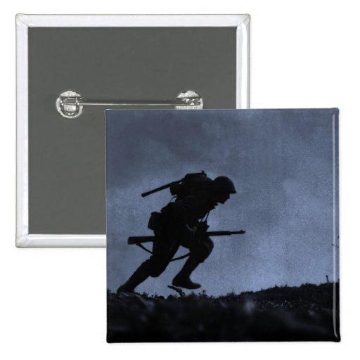 En la noche un soldado en el campo de batalla pins
