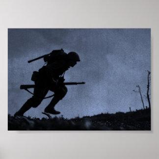 En la noche un soldado en el campo de batalla póster