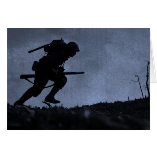 En la noche un soldado en el campo de batalla tarjetón