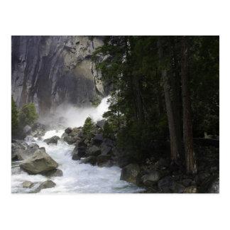 En la parte inferior de las cataratas de Yosemite Postales