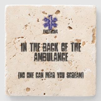 En la parte posterior de la ambulancia nadie puede posavasos de piedra