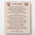 En la placa del himno del jardín