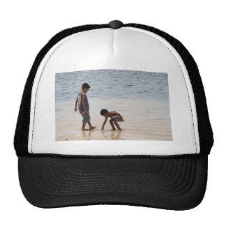 En la playa gorras de camionero