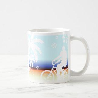 En la playa tazas de café
