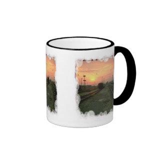 En la puesta del sol taza de café