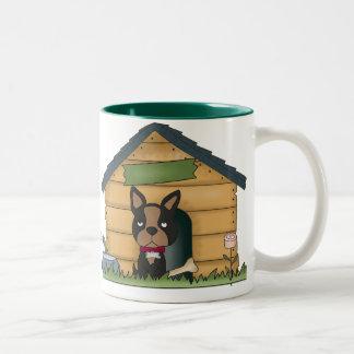 En la taza de la caseta de perro