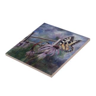 En la teja de la mariposa del jardín