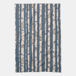 En la toalla de cocina azul de maderas