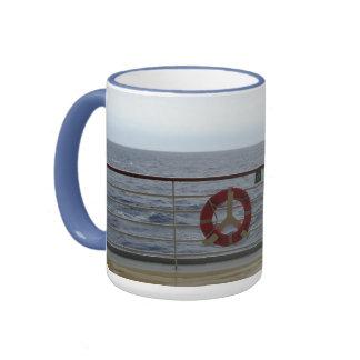En la verja taza de dos colores