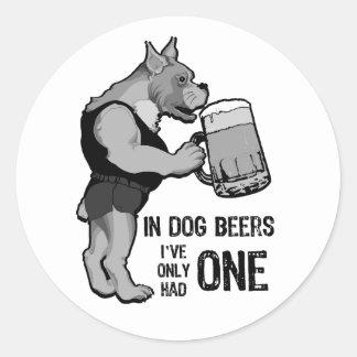 En las cervezas del perro para el fondo ligero pegatina redonda