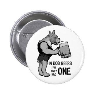 En las cervezas del perro para el fondo ligero pin