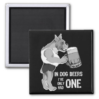 En las cervezas del perro para el fondo oscuro imán de frigorifico