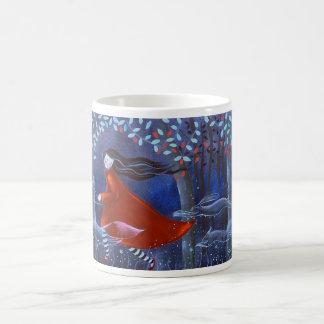 En las maderas con las bebidas espirituosas animal tazas de café