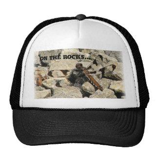 En las rocas… gorro
