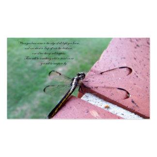 En las tarjetas de visita de la libélula del borde