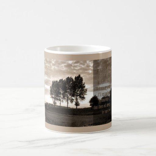 En los árboles crecidos altos taza clásica