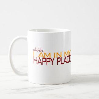 En mi lugar feliz taza básica blanca