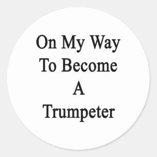 En mi manera de hacer un trompetista etiquetas redondas