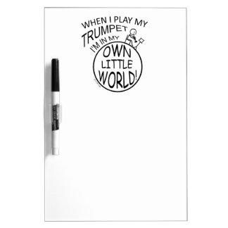 En mi propia pequeña trompeta del mundo pizarra blanca