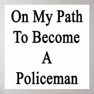 En mi trayectoria a hacer un policía posters