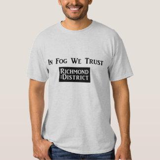 En niebla confiamos en - el T de los hombres Playeras