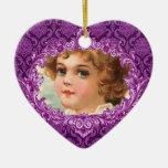 En nuestra púrpura conmemorativa Curlicue del Adorno Navideño De Cerámica En Forma De Corazón