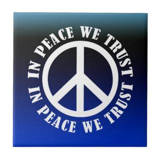 En paz confiamos en azulejo ceramica