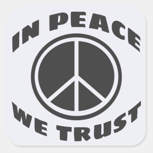 En paz confiamos en pegatina cuadrada