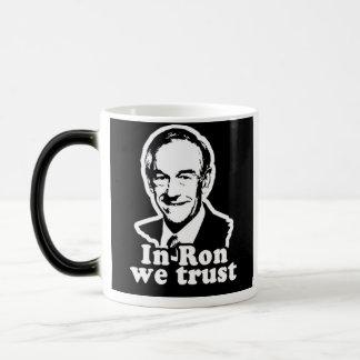 En Ron confiamos en la taza del café/del té
